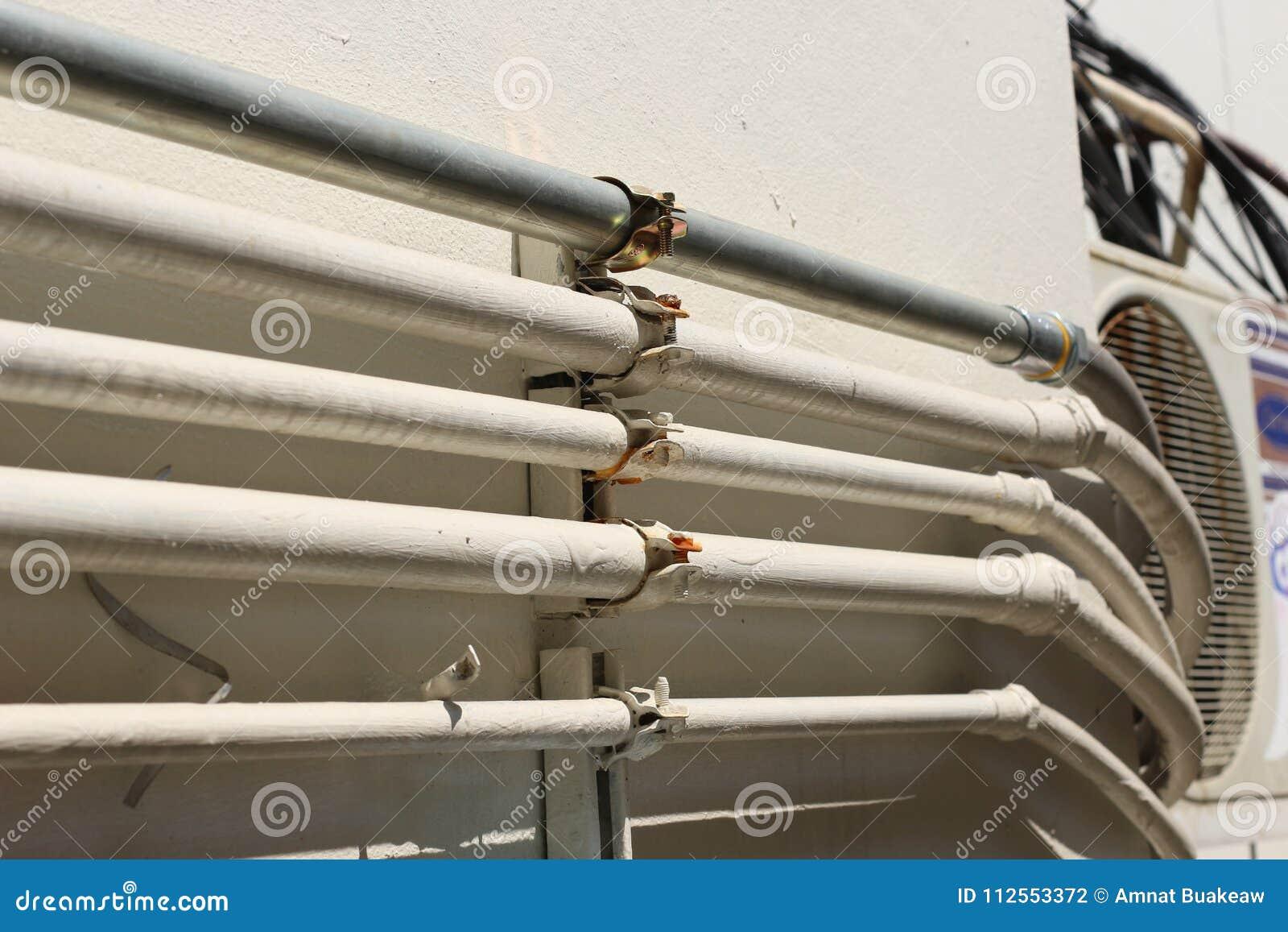 Ligne de tuyaux sur le blanc de mur