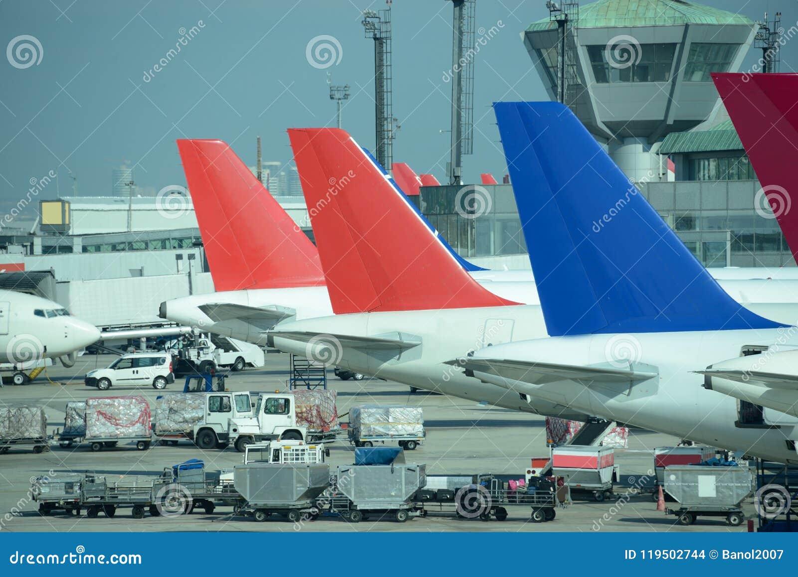 Ligne des avions à réaction colorés garés Aéroport occupé