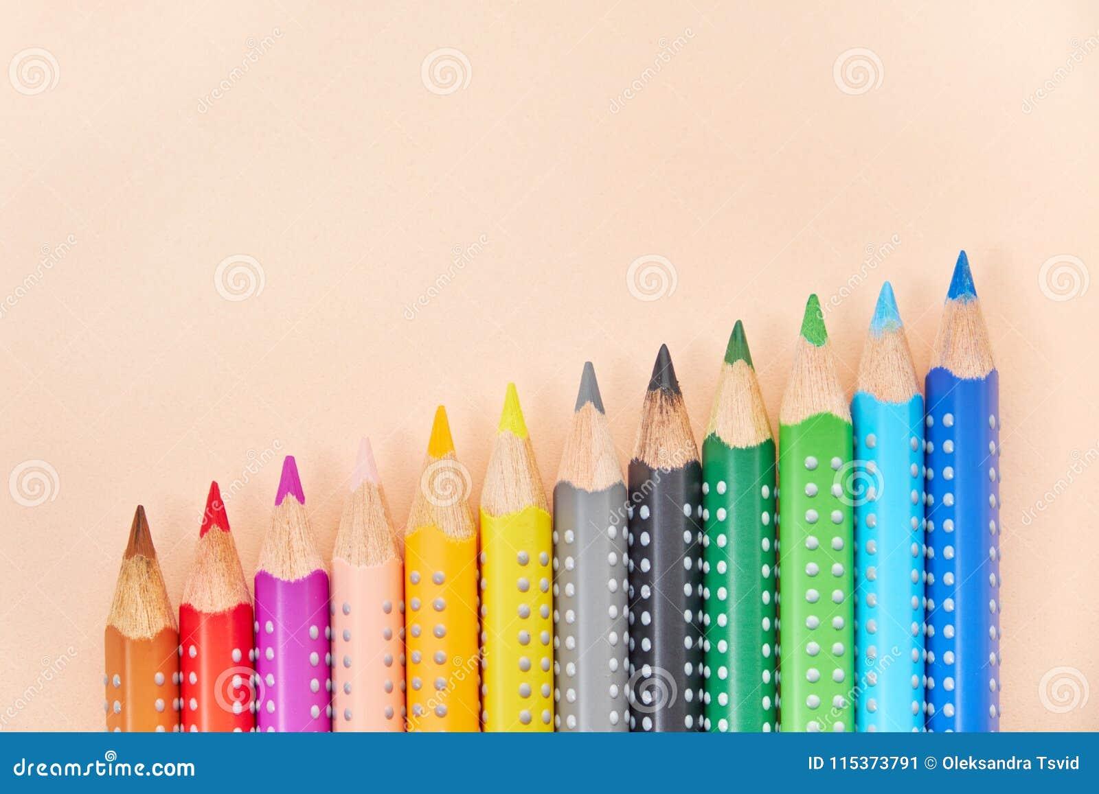 Ligne des crayons colorés, fond avec l espace de copie
