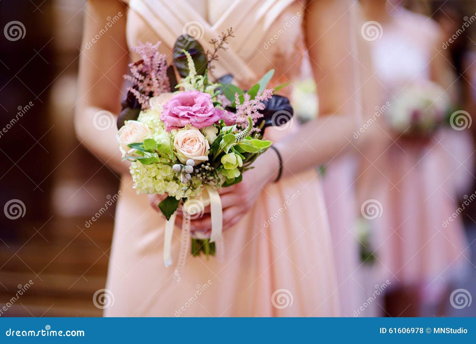 ligne des demoiselles d'honneur avec des bouquets au mariage photo