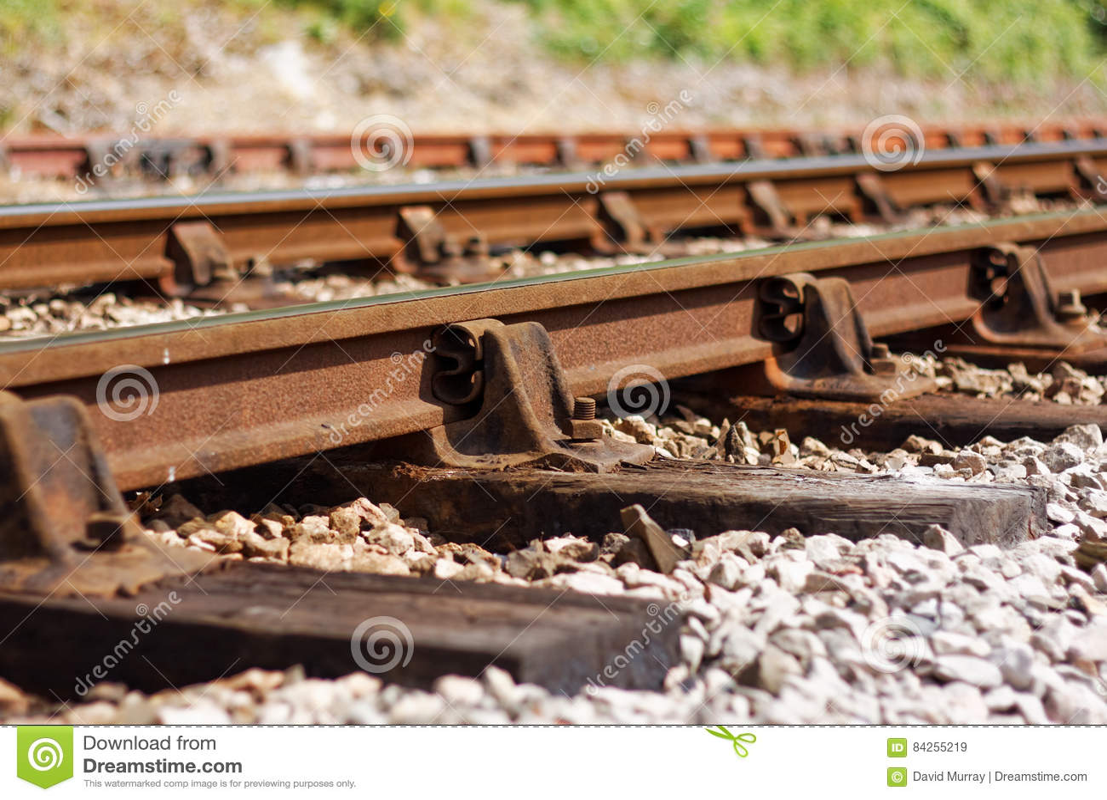 Ligne ferroviaire vieillissante montrant des signes de délabrement