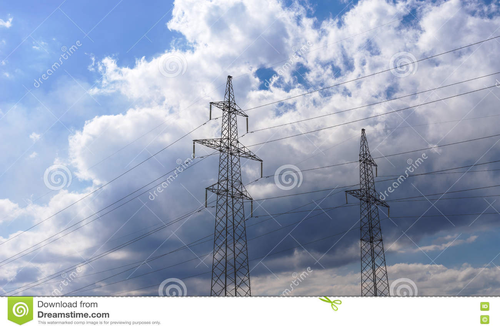 Lignes électriques à haute tension 110 kilovolts sur le fond nuageux de ciel de soirée