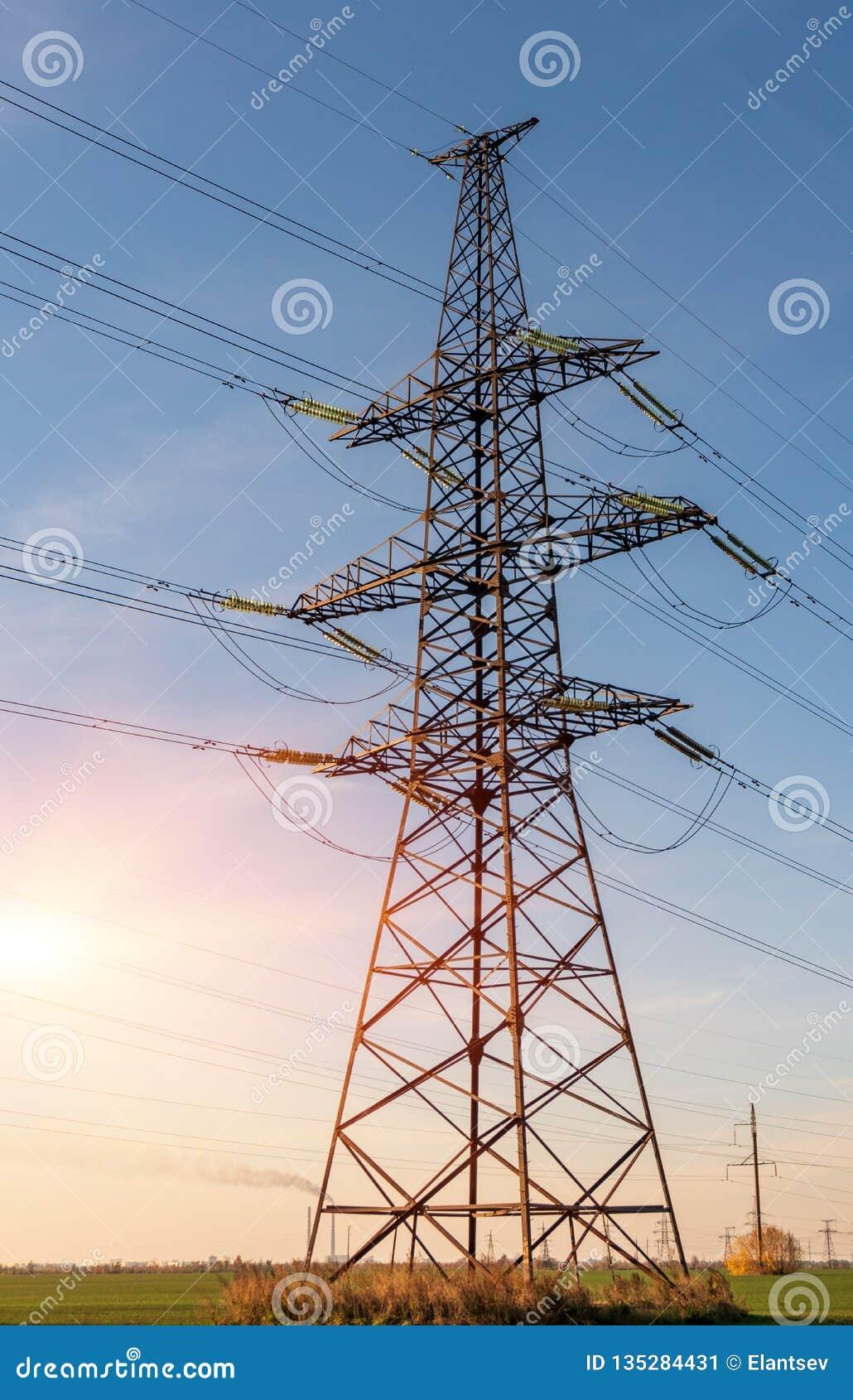 Lignes électriques à haute tension Station de distribution de l électricité Tour électrique à haute tension de transmission Distr