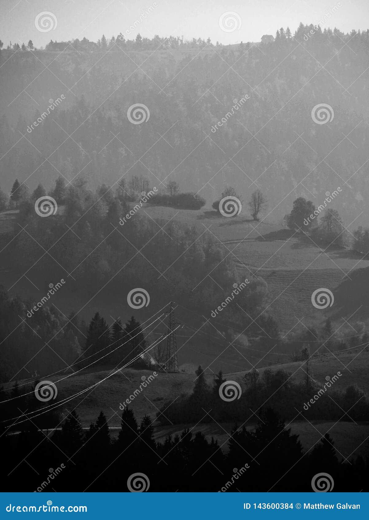Lignes électriques sur la colline