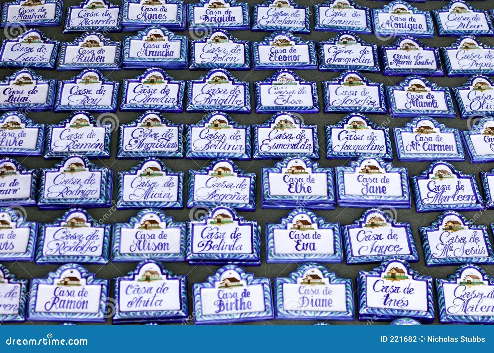 Lignes Des Plaques De Nom De Maison Au Marché Espagnol