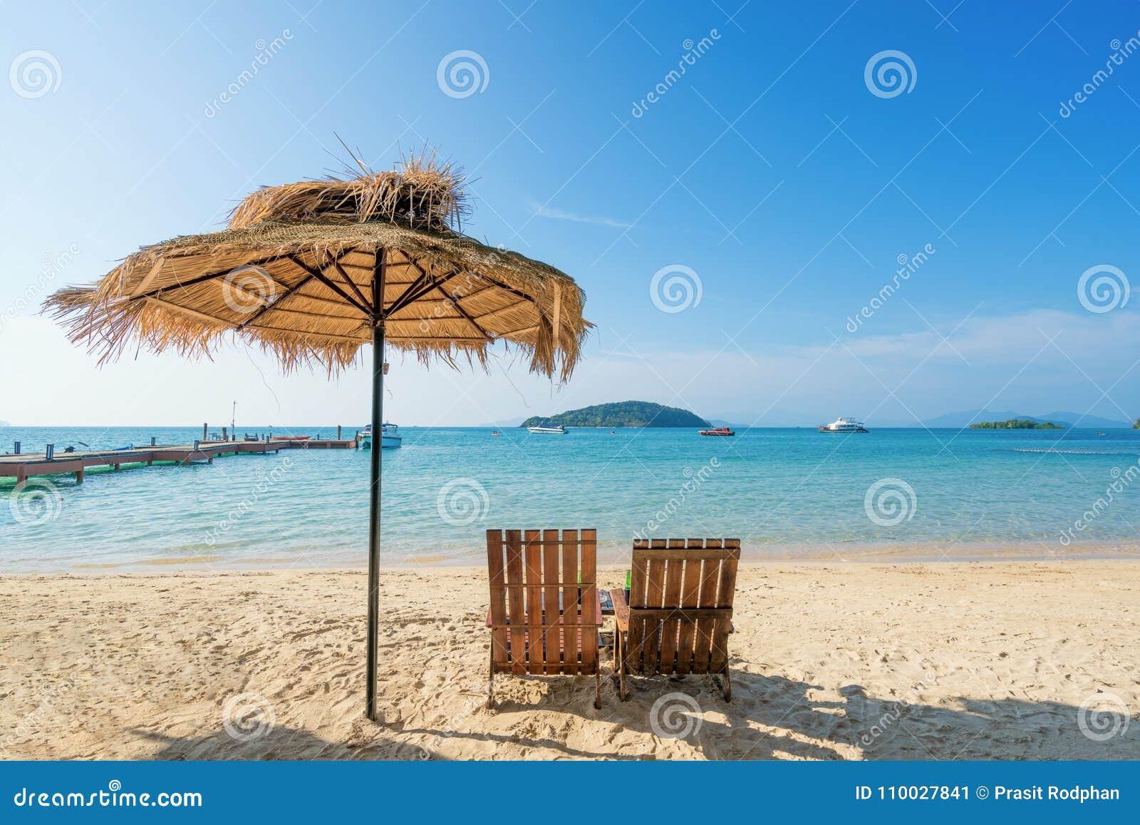 Ligstoelen en Paraplu op de zomereiland in Phuket, Thailand