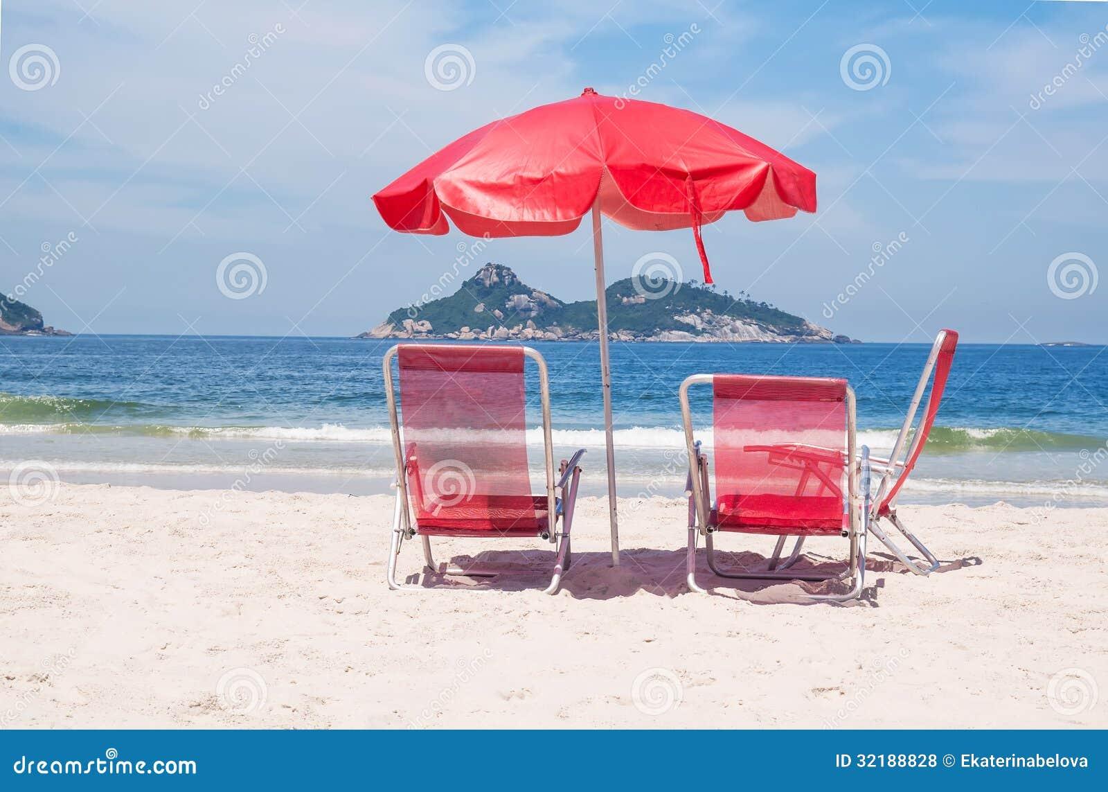 Ligstoelen en paraplu op strand in rio de janeiro stock foto afbeelding 32188828 - Ligstoelen en merisier ...