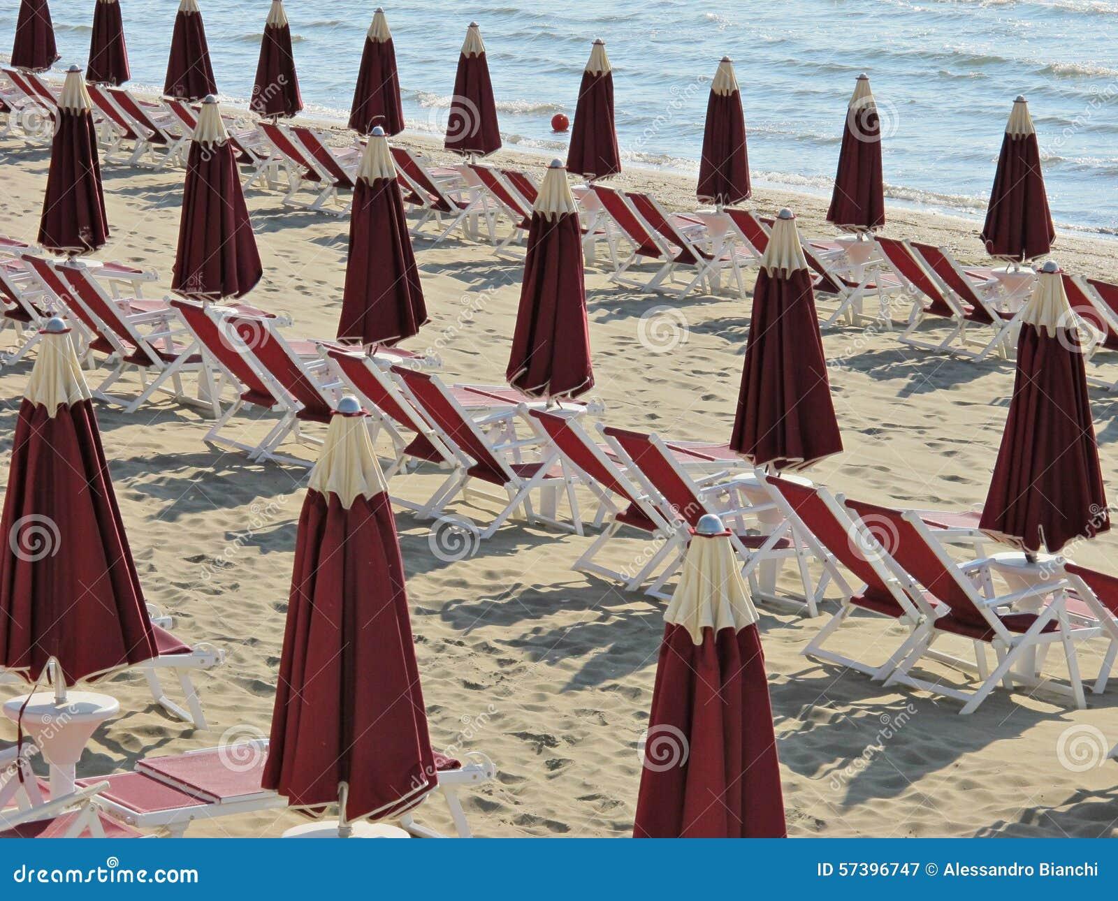 Ligstoelen en paraplu s