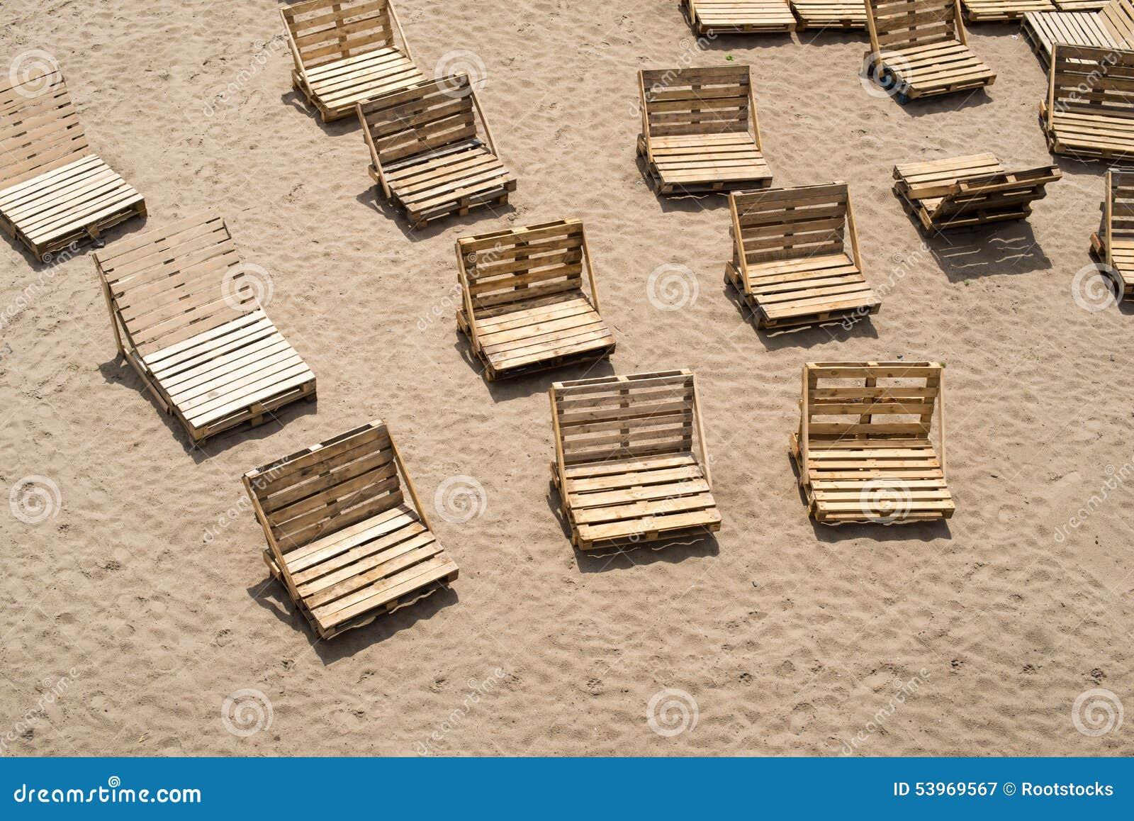 Ligstoelen van houten ladingspallets die worden gemaakt stock afbeelding afbeelding 53969567 - Foto houten pallet ...