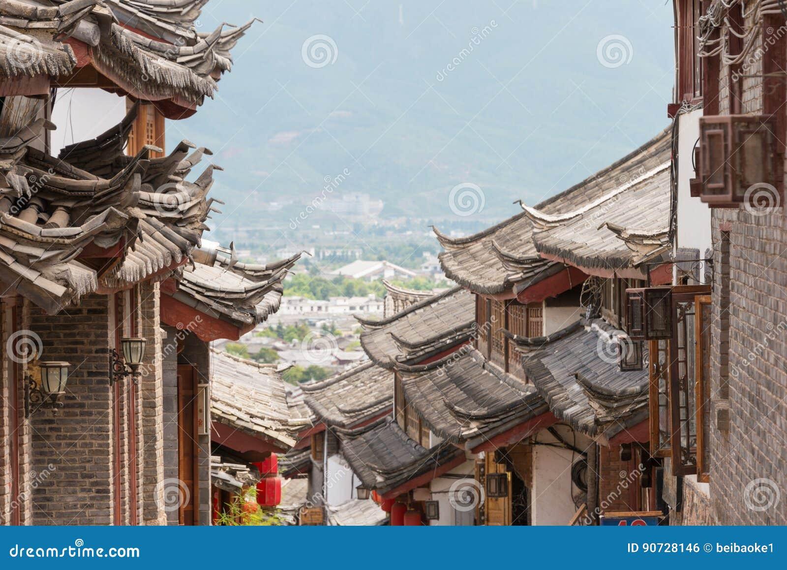 LIJIANG, CHINA - 5 DE SETEMBRO DE 2014: Telhado na cidade velha de Lijiang (UNESCO