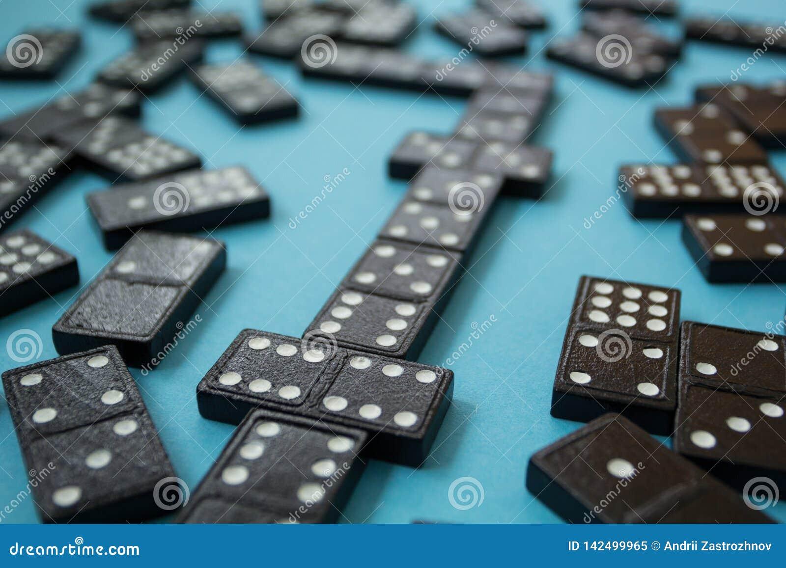 Lijn van dominostukken op de blauwe achtergrond