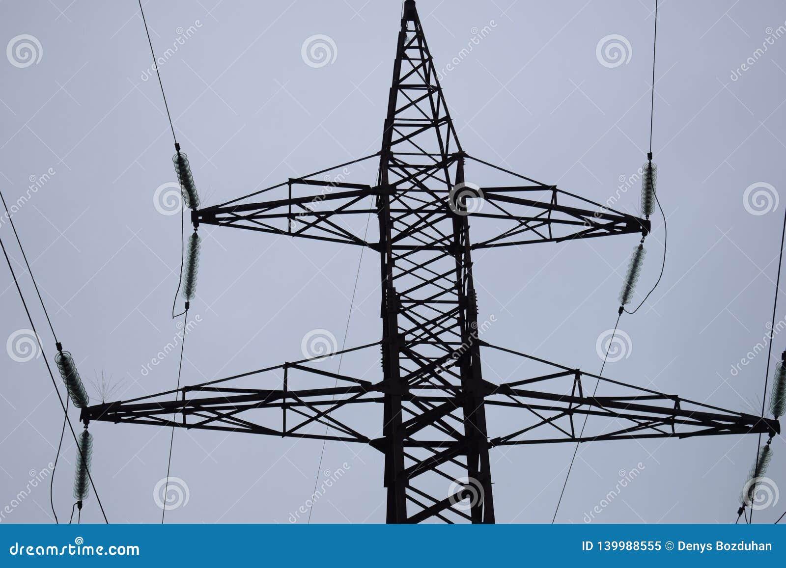 Lijnen de met hoog voltage van de luchttransmissie van stroom De luchtlijnen leggen elektriciteit boven grond door draden in bijl