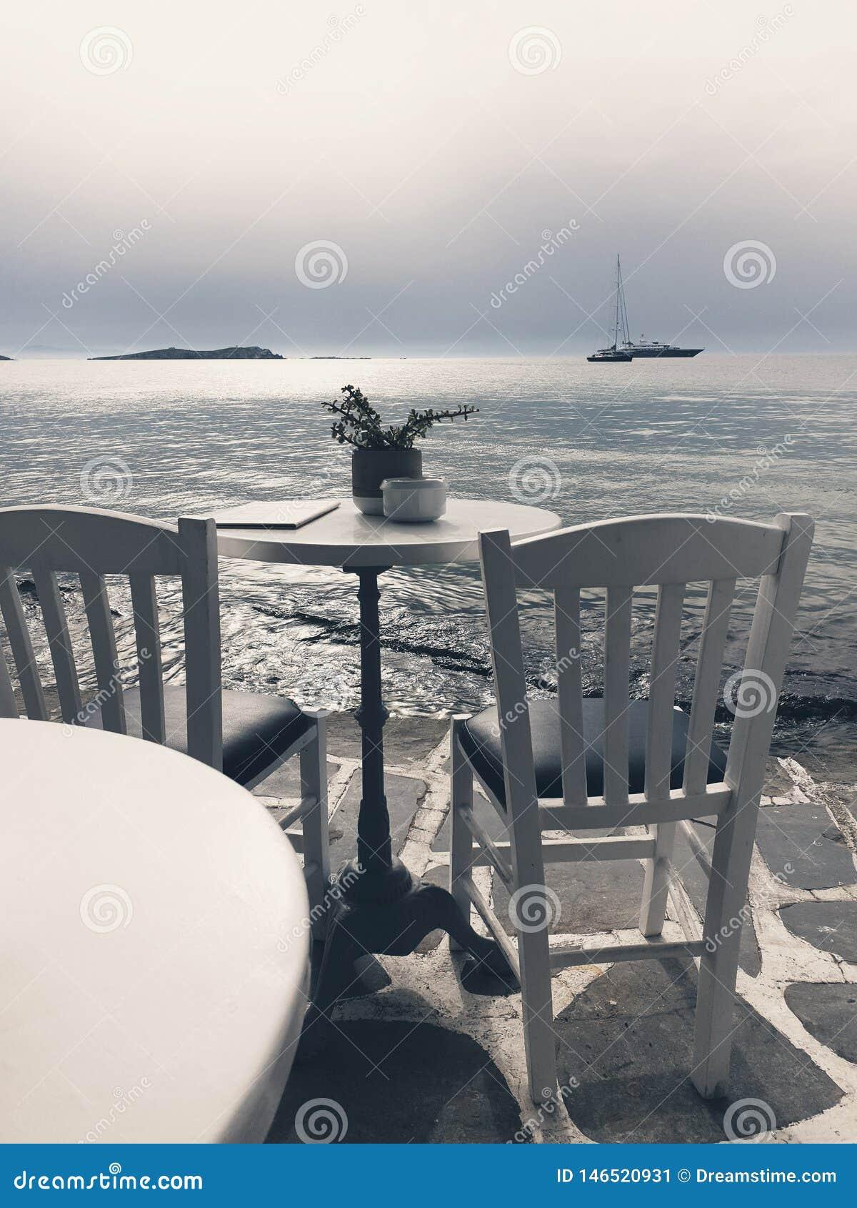 Lijst en stoelen die overzees overzien