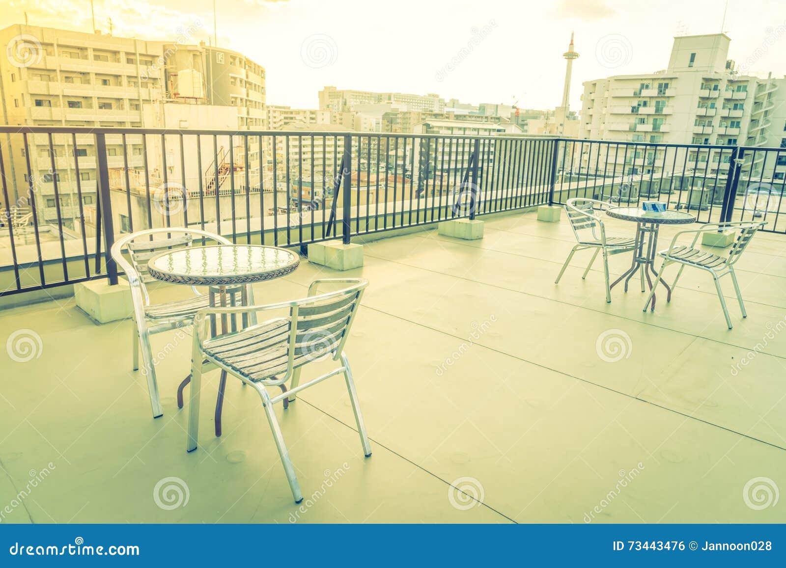 Lijst en stoelen op buitenkant van het dak de hoogste terras