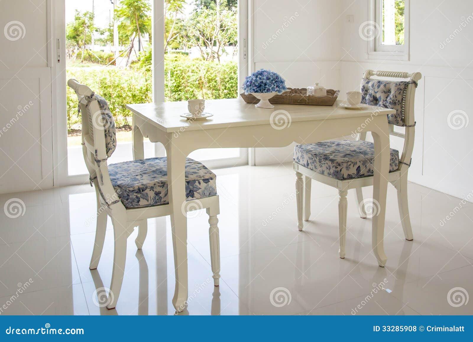 Lijst en stoelen in woonkamer stock foto afbeelding bestaande uit