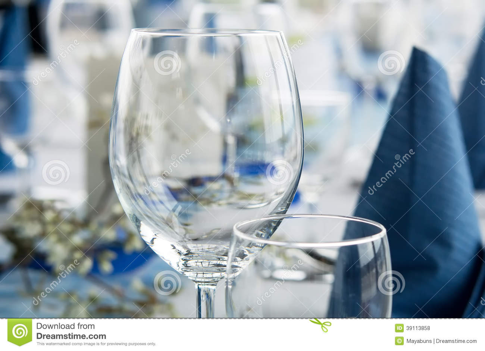 Lijst voor dinerpartij die wordt geplaatst