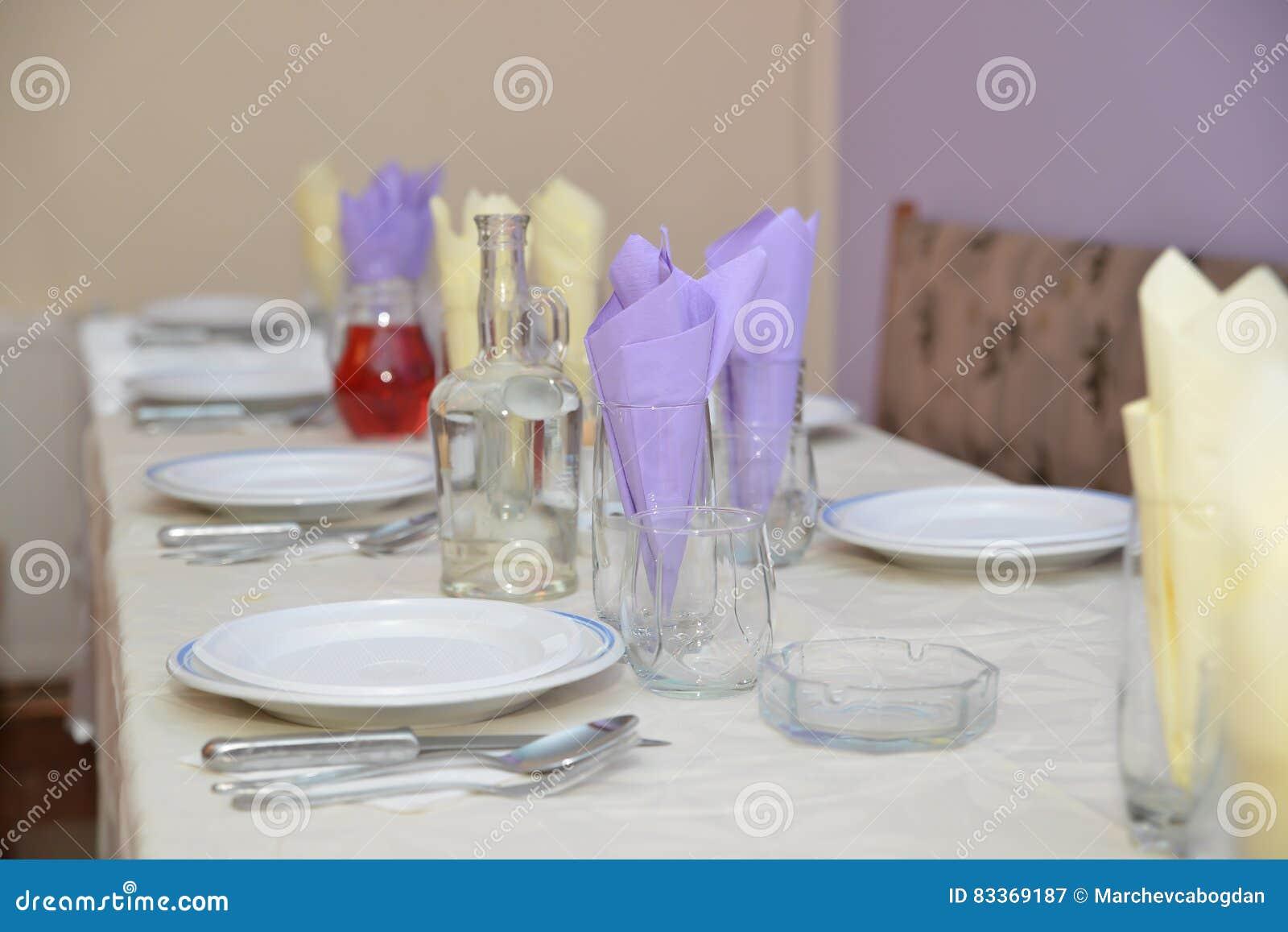 Lijstdecoratie op maaltijd wordt voorbereid die