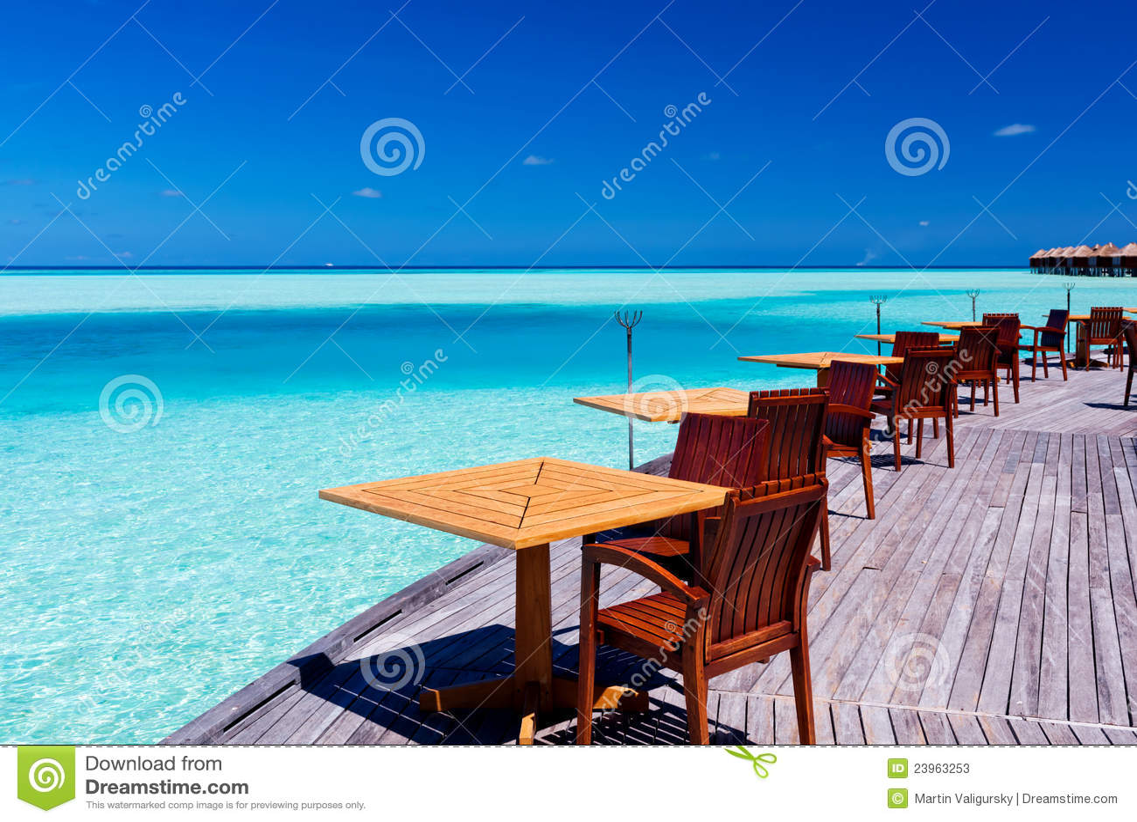 Lijsten en stoelen bij tropisch strandrestaurant