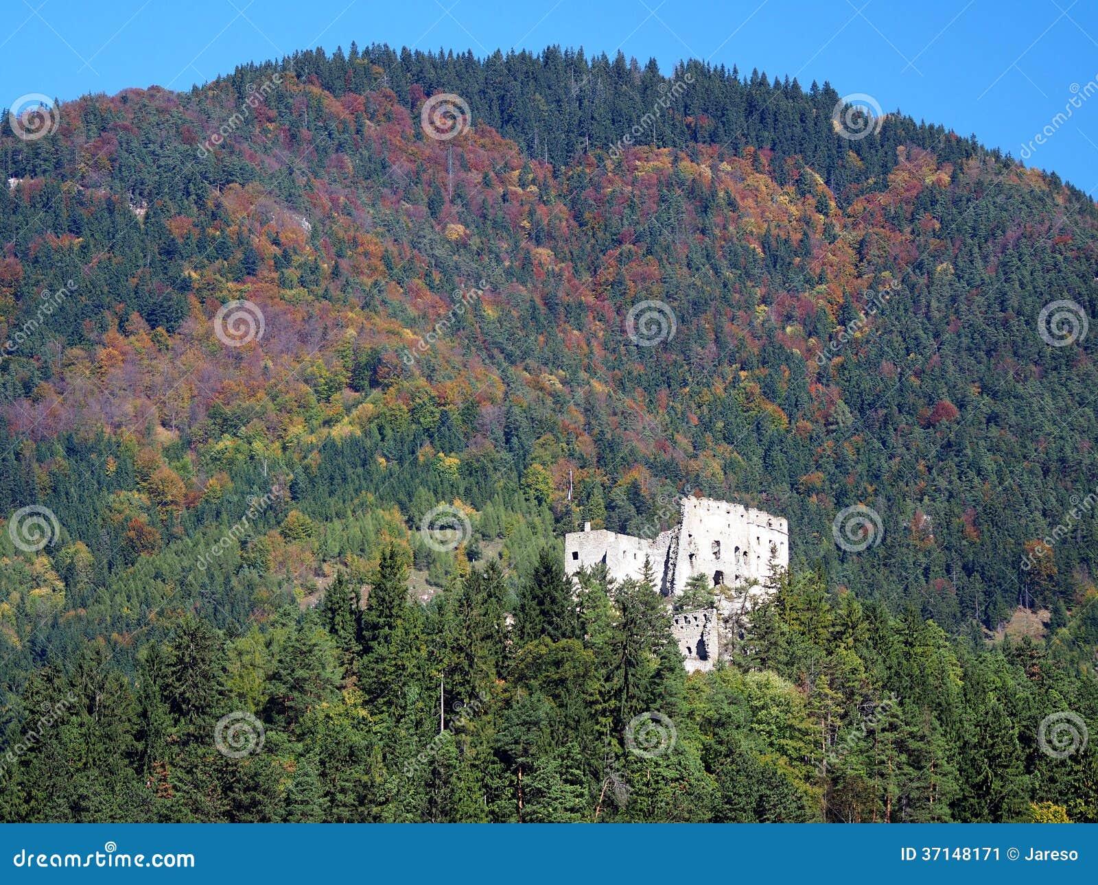 Likava slott i den djupa skogen, Slovakien