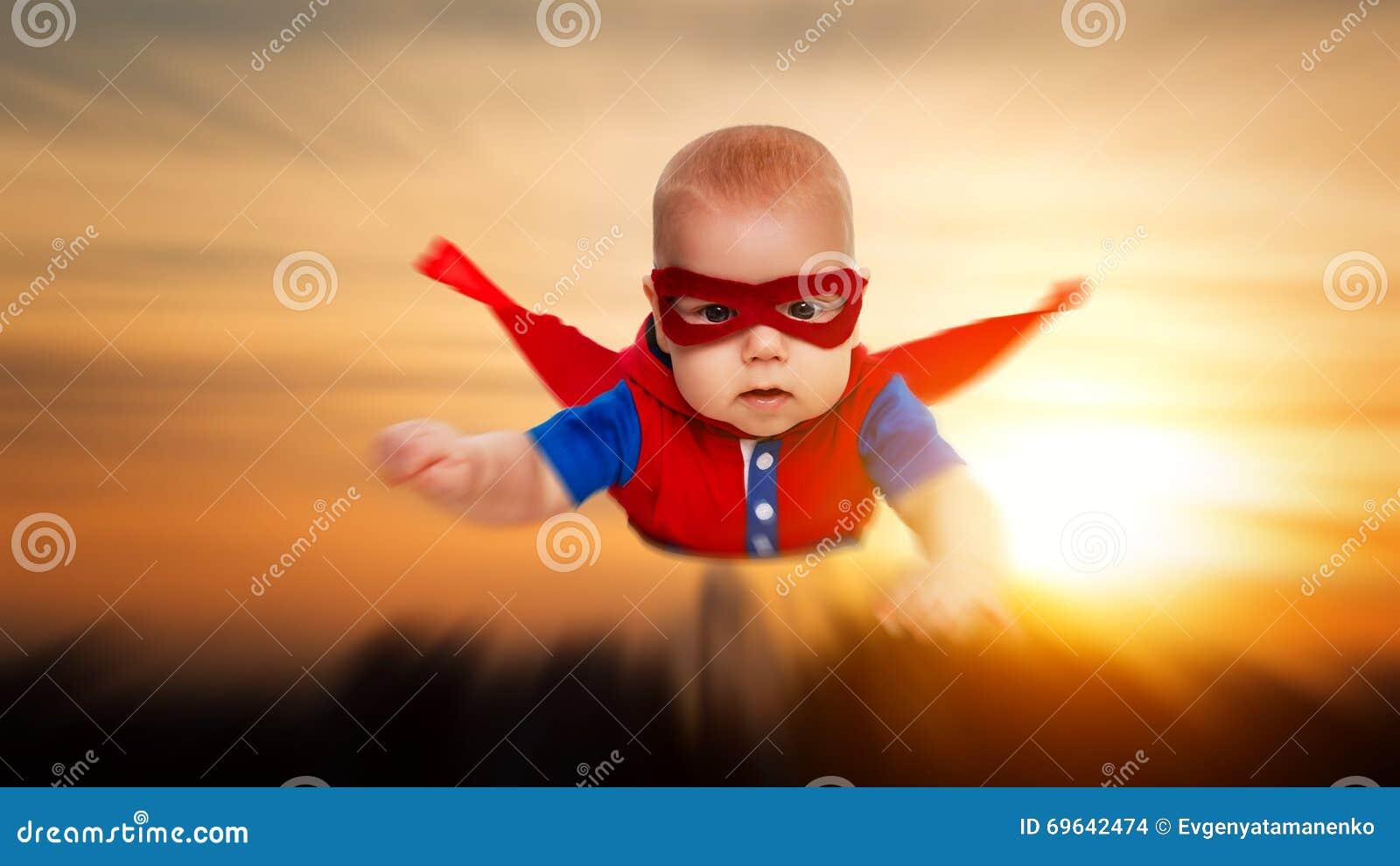 Lilla barnet behandla som ett barn lite stålmansuperheroen med en röd uddeflygth
