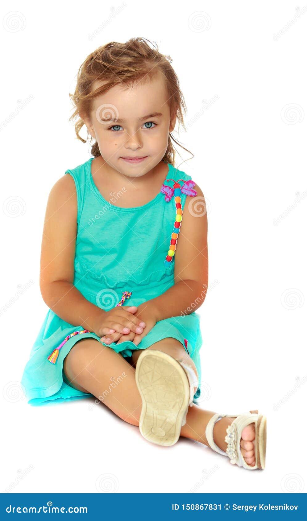 Lilla flickan sitter p? golvet