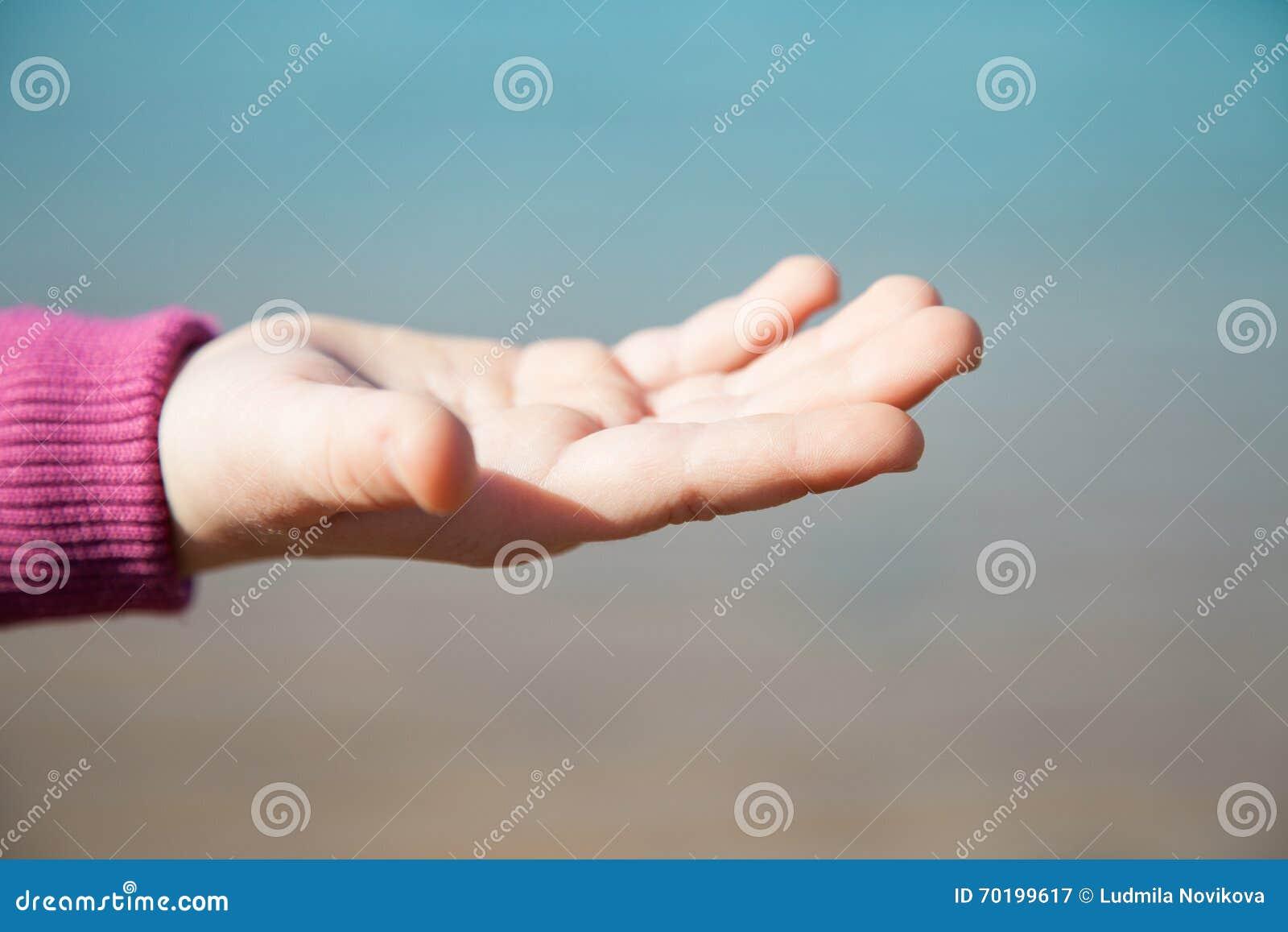 Lilla flickan som visar ett tomt, gömma i handflatan