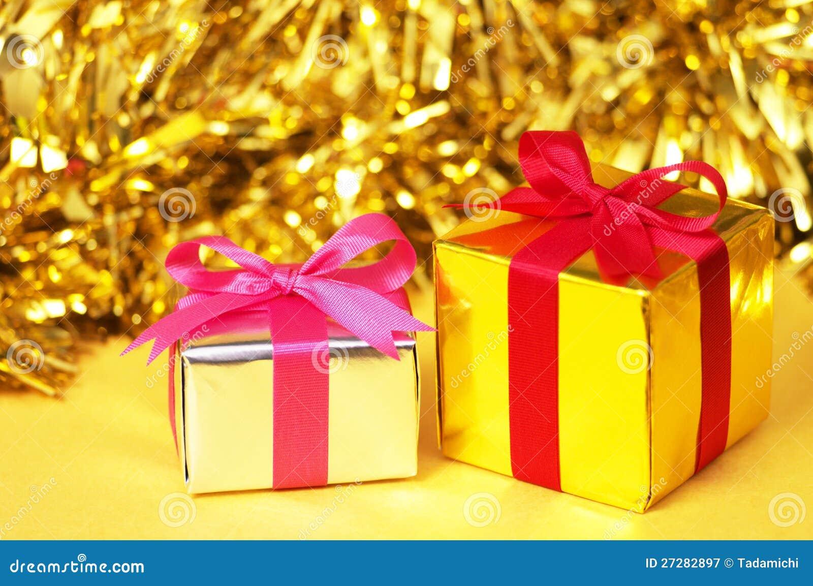 Lilla gåvor på gul bakgrund.