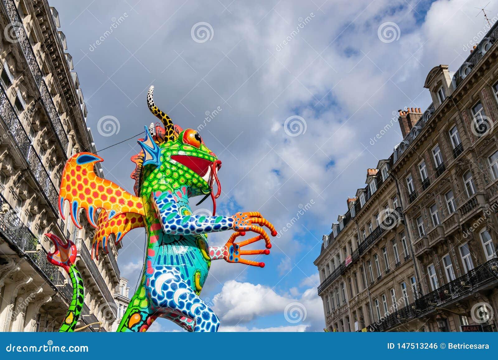 Lille, 04,2019 Frankrijk-Mei: Kleurrijke cijfers aangaande de straten van Lille De parade opent het vijfde seizoen van Lille 3000