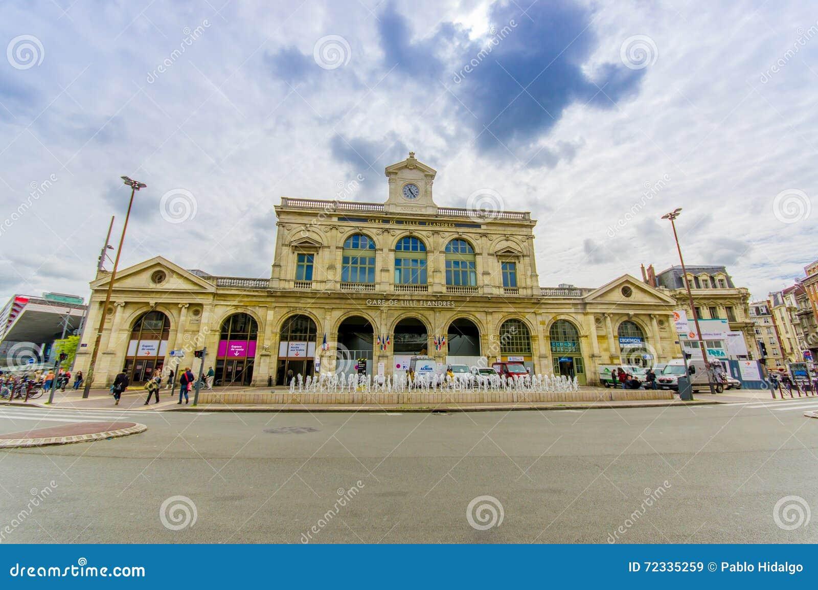 Lille Frankrike - Juni 3, 2015: Gare De Lille Flandres, huvudsaklig drevstation av staden, gammal härlig gul konkret byggnad