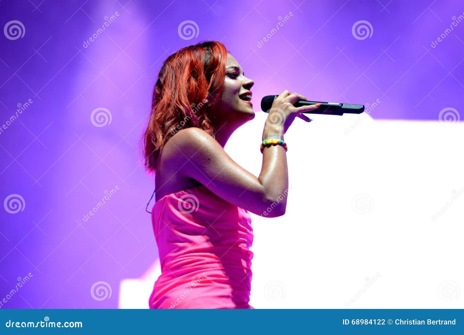 Lily Allen (cantante famoso) se realiza en el festival de la BOLA