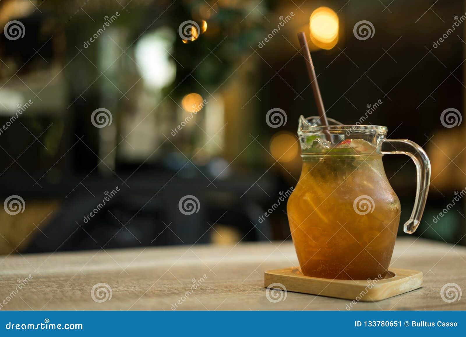Limão congelado com suco e erva do mel na tabela