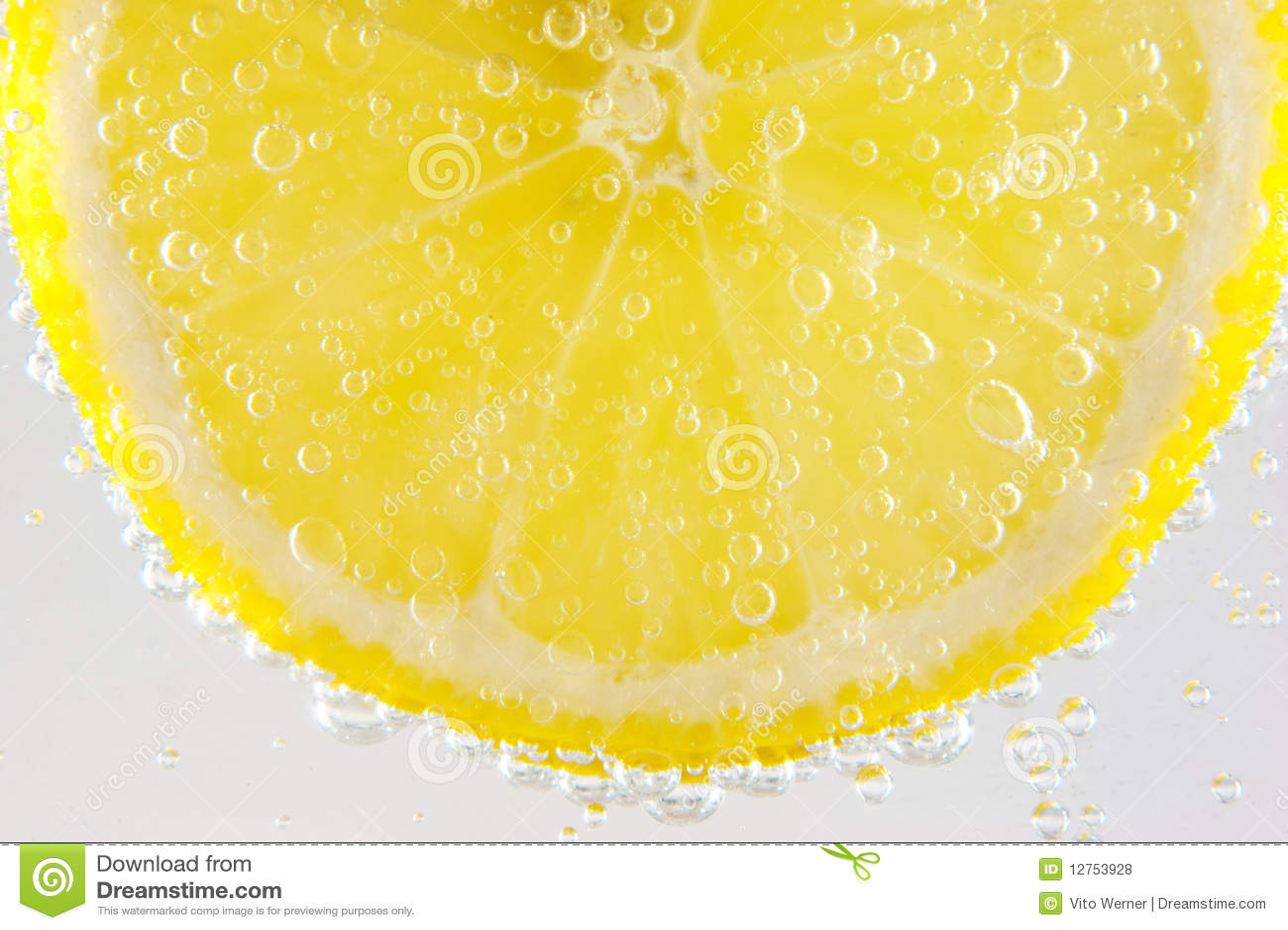 Limón en agua chispeante