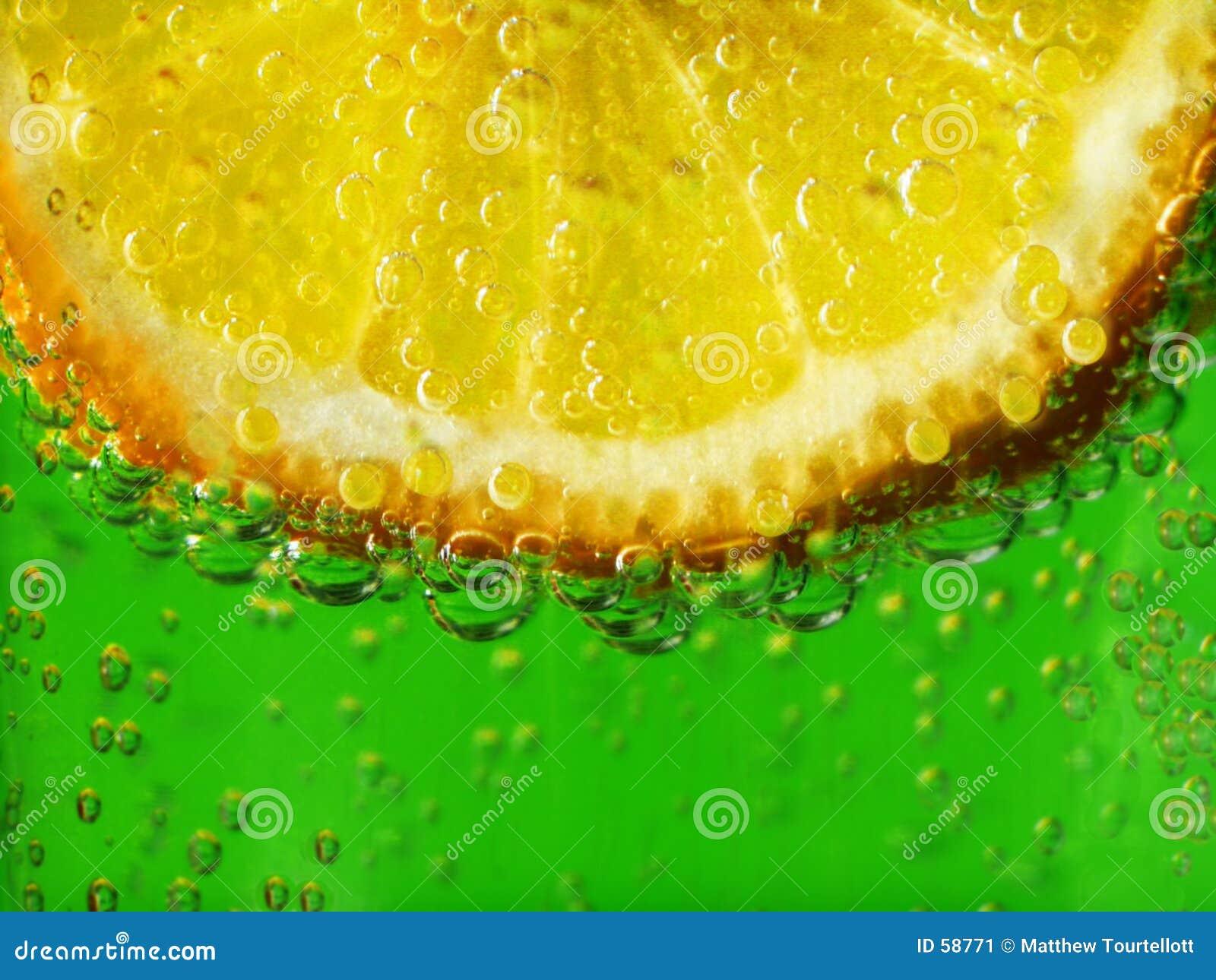Limón en el agua chispeante 1