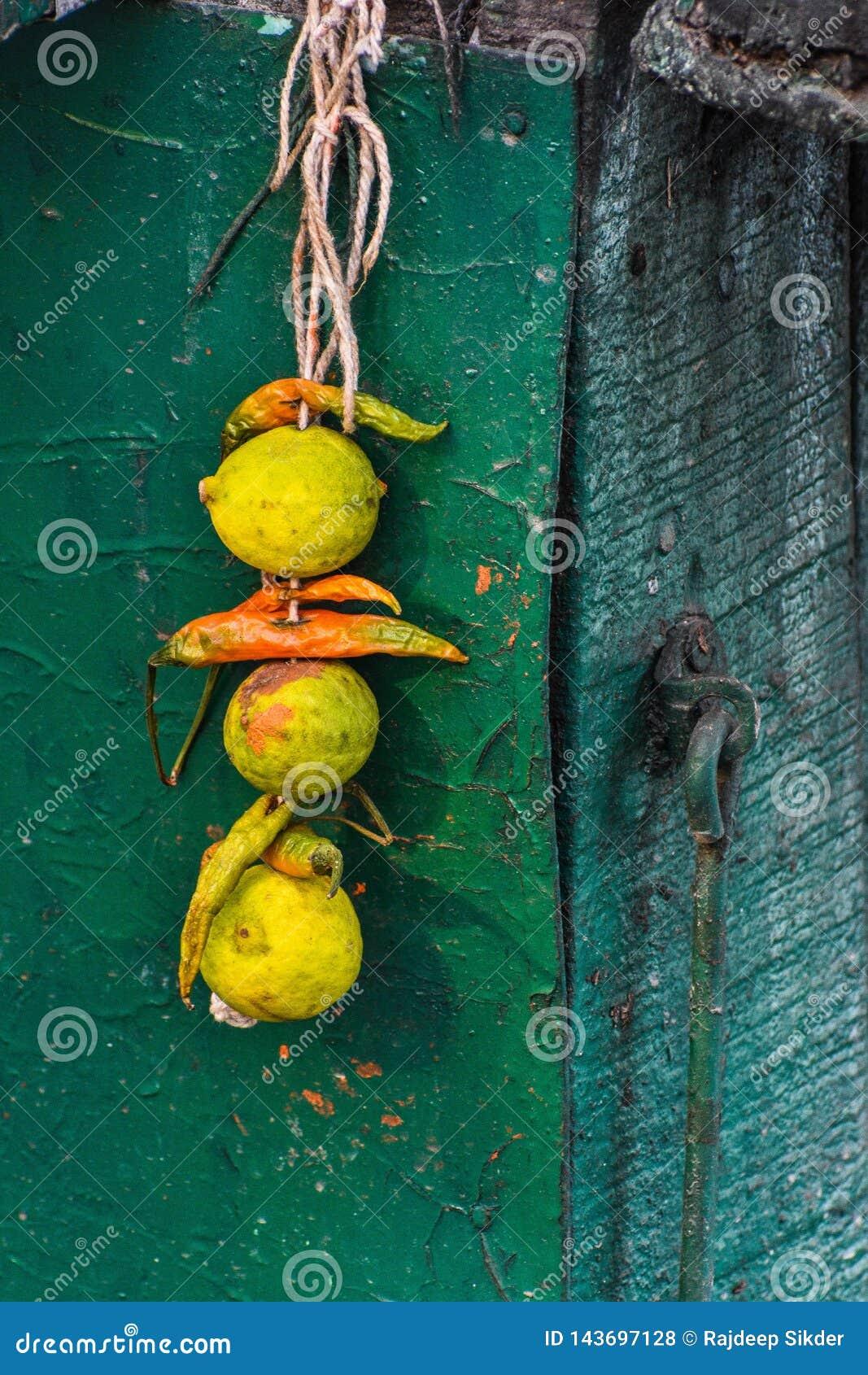 Limón y chiles atados así como un hilo, también conocido como totka o battu de Nazar
