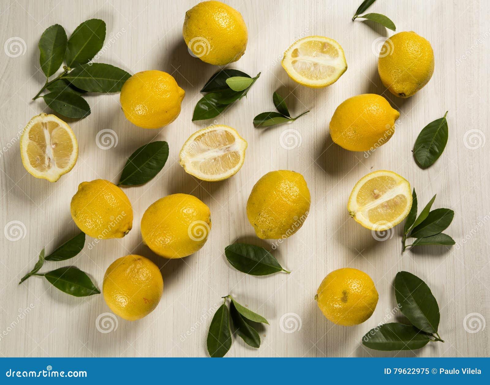 Limões frescos na tabela de madeira branca, vista superior
