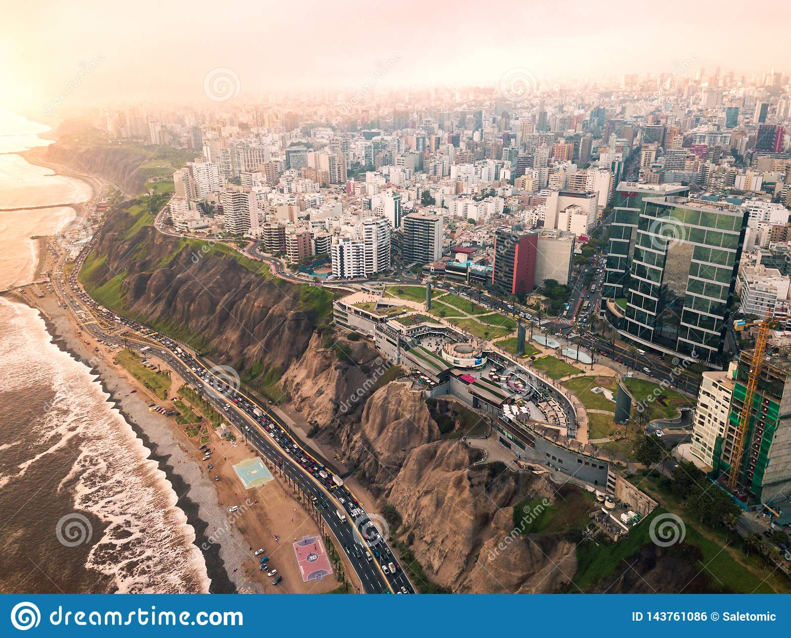 LIMA, PERÚ - diciembre, 12, 2018: Antena de edificios de Miraflores céntrico en Lima