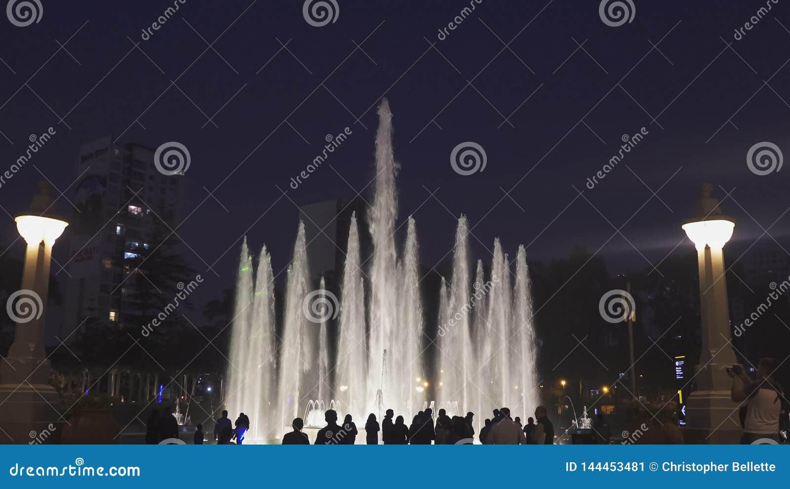 LIMA, PERU CZERWIEC, 12, 2016: nighttime strzelał patrzeć w kierunku magicznej fontanny w Lima