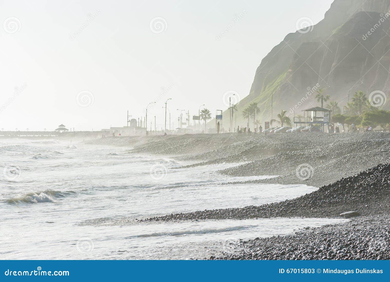 LIMA, PERU - 14 DE ABRIL DE 2013: Costa do oceano de South Pacific em Miraflores, Lima, Peru Povos e turistas locais da montanha