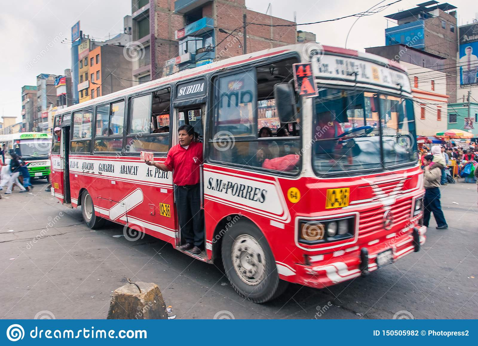 Lima/Peru Jun 13 2008 : Autobus populaire même de transport de ville avec la position de personne à la porte