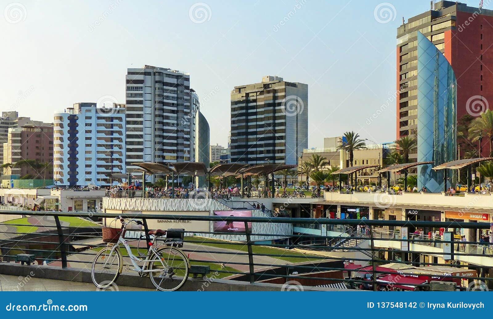 Lima, Peru Panoramablick des Larcomar-Einkaufszentrums am Miraflores-Bezirk