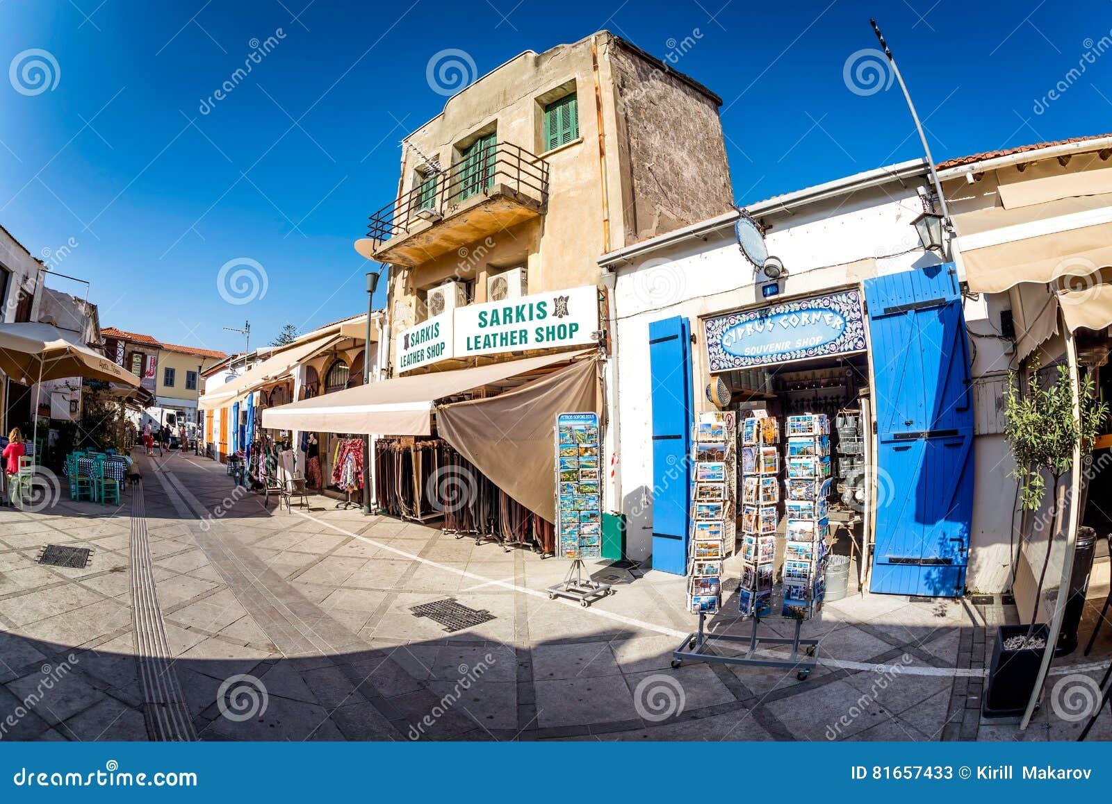 LIMASSOL, CHIPRE - 18 DE MARZO DE 2016: Tienda de souvenirs famosa del ` de la esquina de Chipre del ` en la calle de Irinis cerc