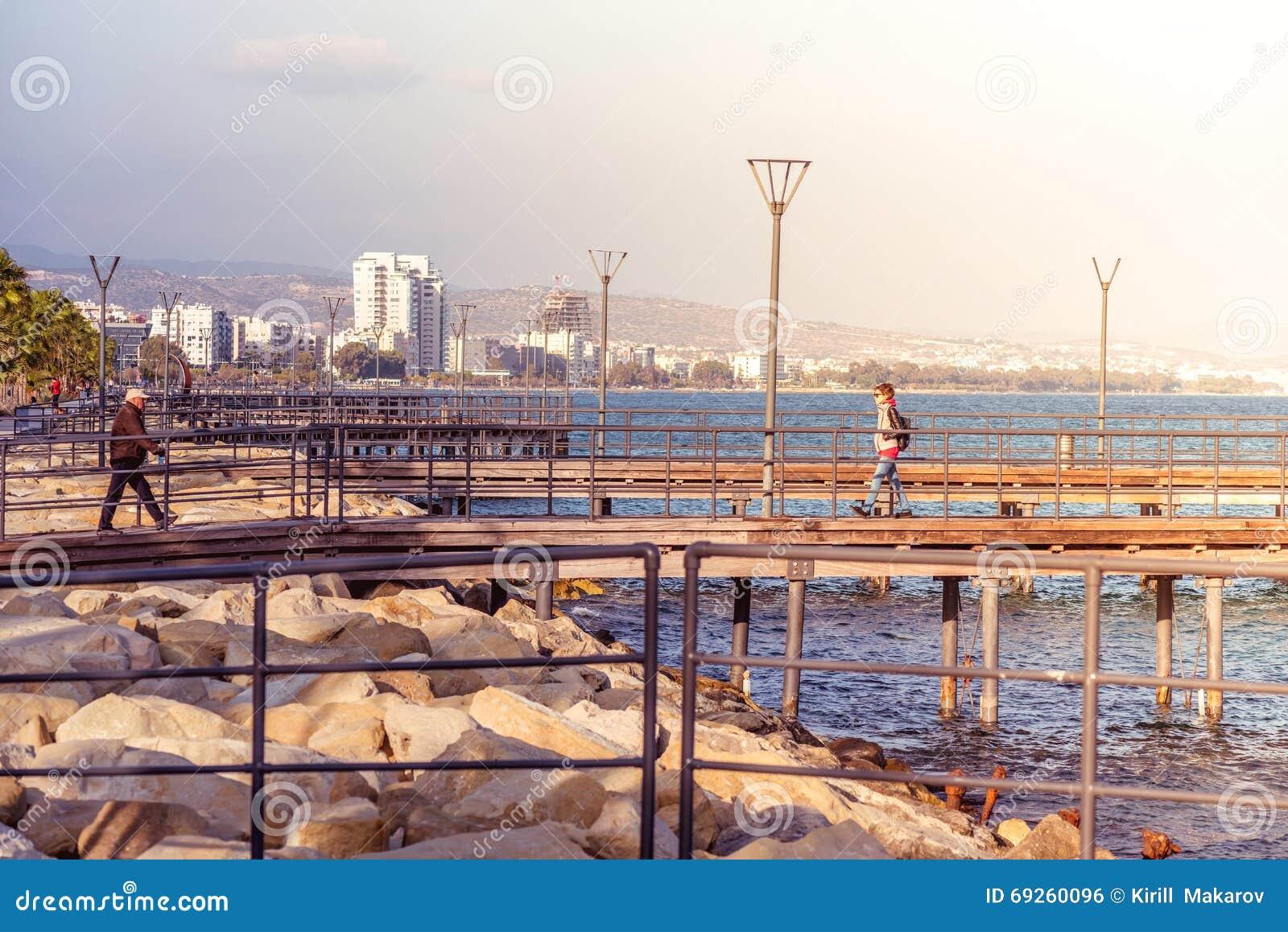 LIMASSOL, CHYPRE - 8 mars 2016 : Le bord de mer pi en bois de Limassol