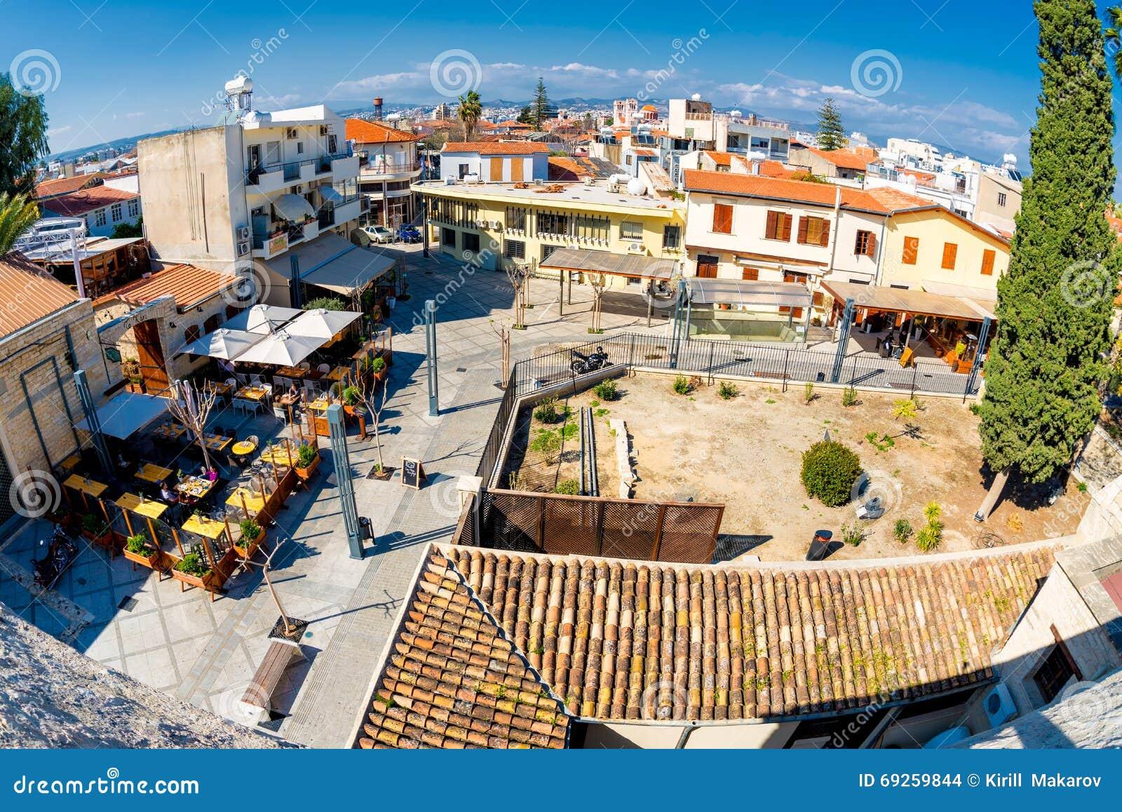 LIMASSOL CYPR, Marzec, - 08, 2016: Ludzie siedzi w kawiarniach przy Ca