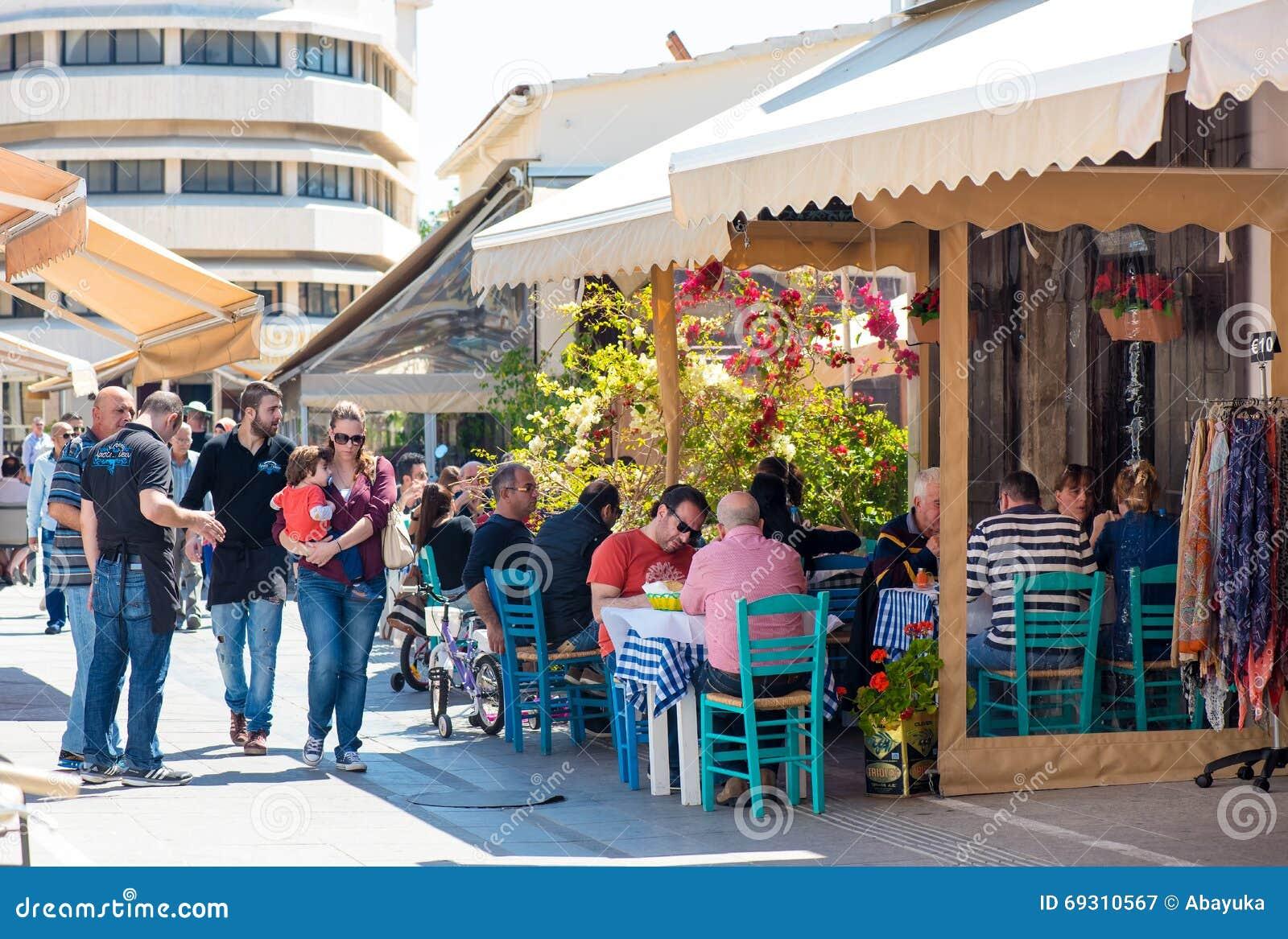 LIMASSOL, CYPRUS - APRIL 1, 2016: Straatkoffie met mensen die door in oud deel van de stad overgaan
