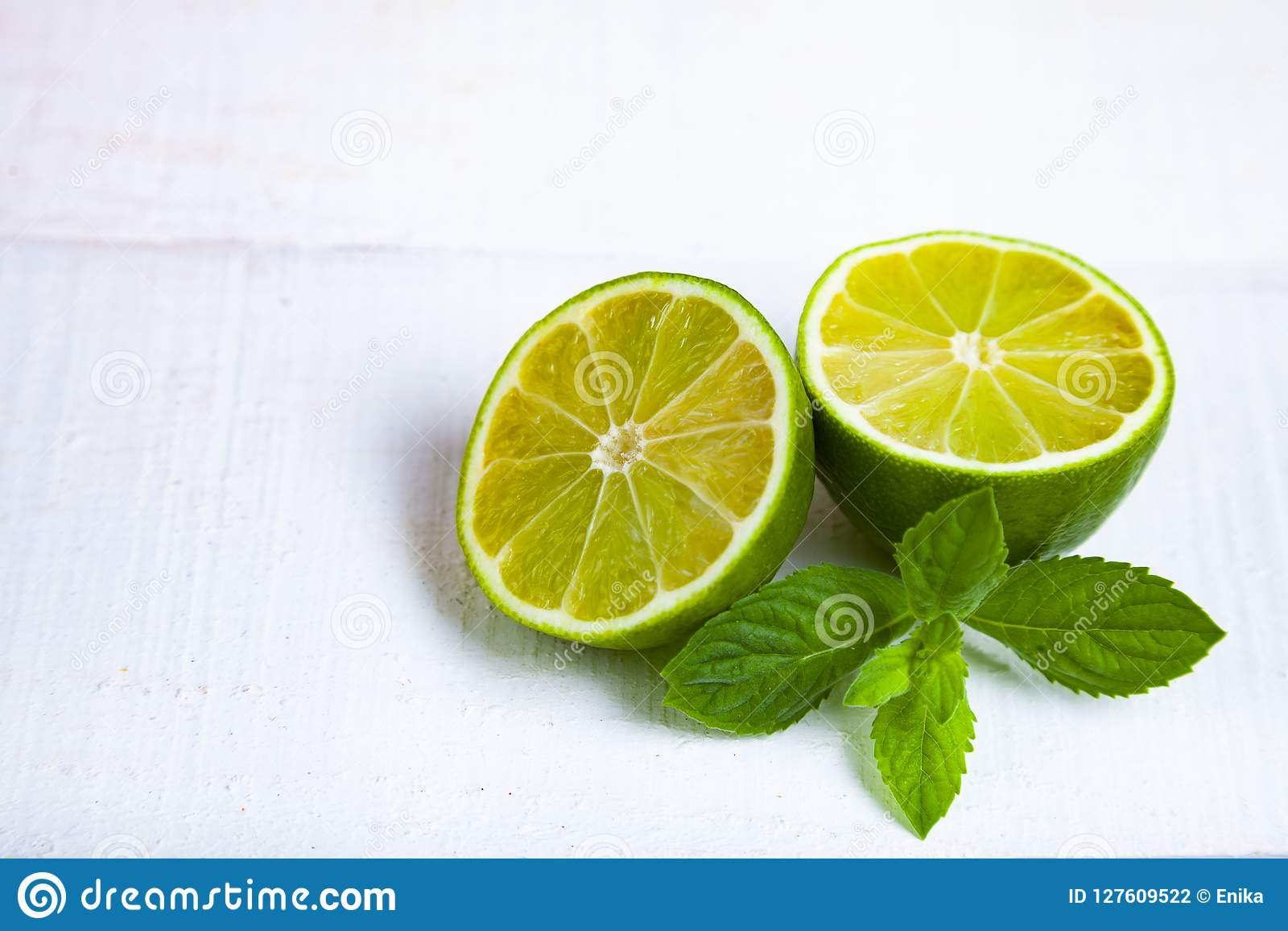 Limefrukt och mintkaramell på en trätabell