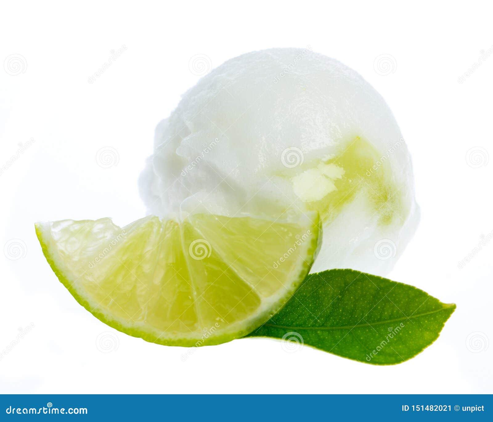 Limefruktglass med limefruktskivan och limefruktbladet