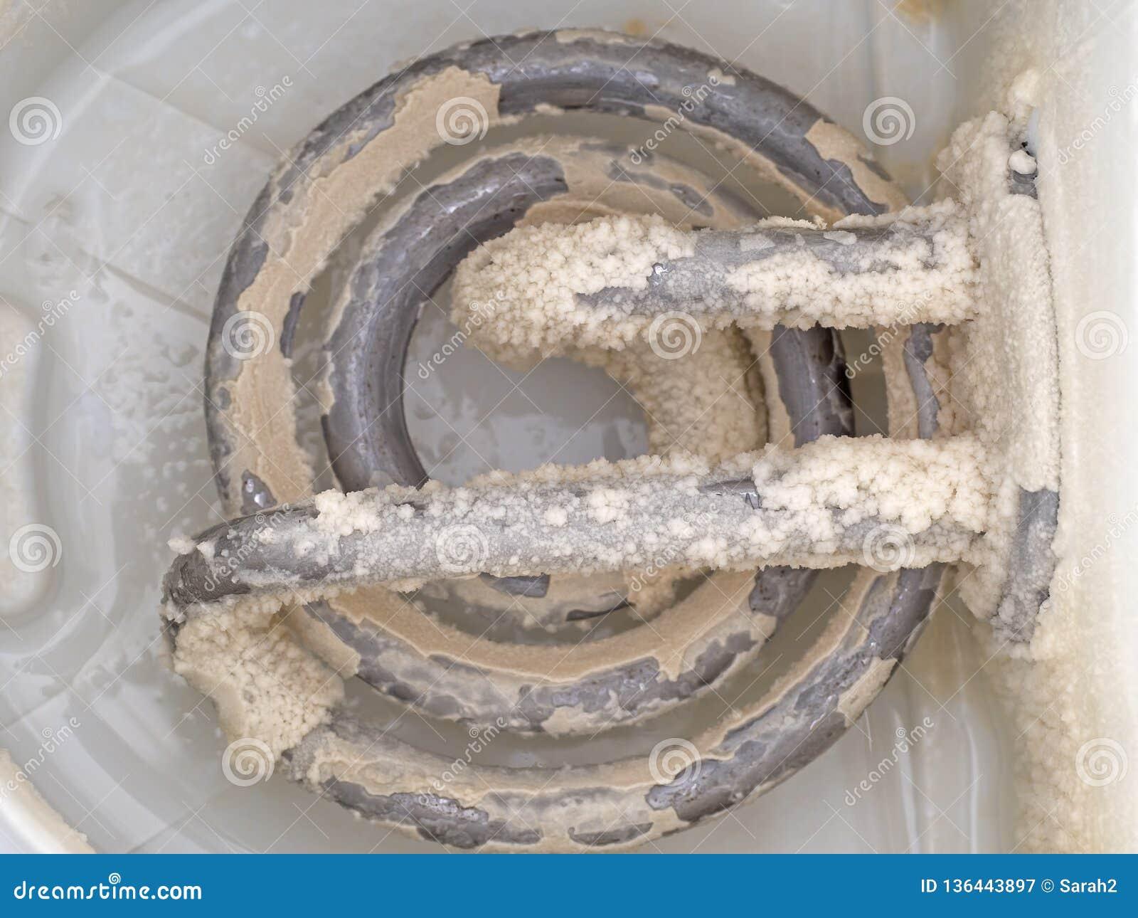 Limescale na chaleira velha, elemento peludo Um resíduo branco, gredoso do depósito do carbonato de cálcio Problema da água dura