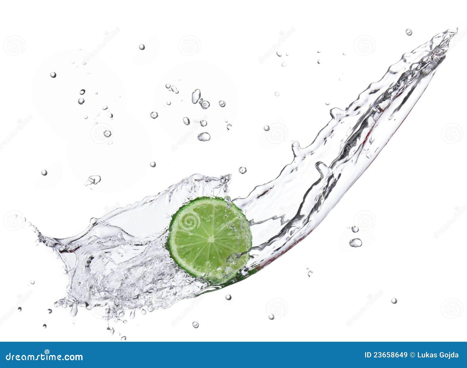 Limette fraîche avec l éclaboussure de l eau