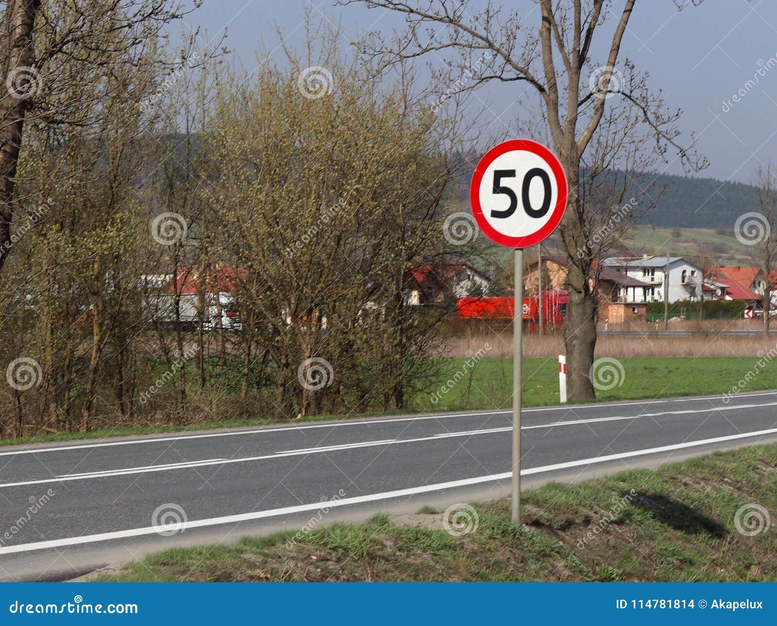 Limitation de la vitesse du trafic à 50 km/h Panneau routier sur la route sécurité du trafic