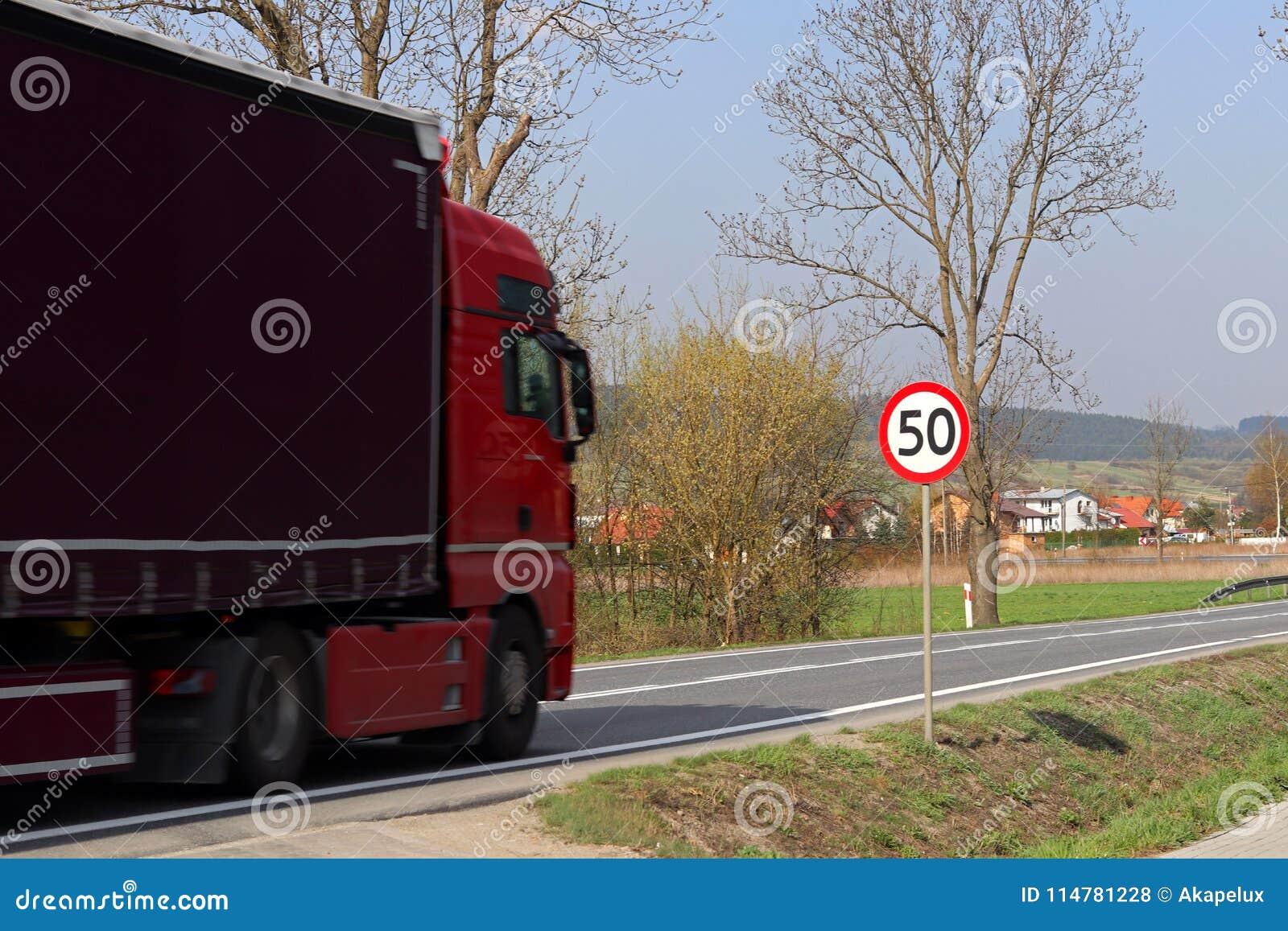 Limitation de la vitesse du trafic à 50 km/h Panneau routier sur la route sécurité du trafic Transport de moteur des passagers et